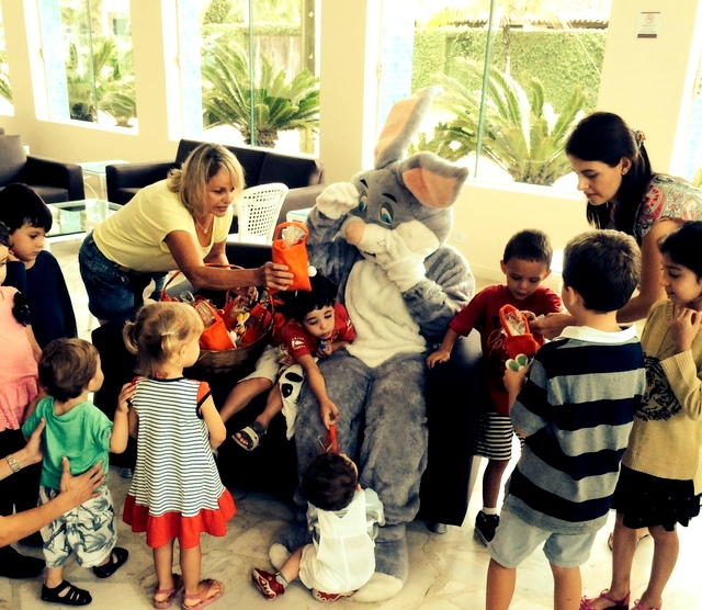 Coelhinho da Páscoa visita a sede de Guaratuba durante o feriado