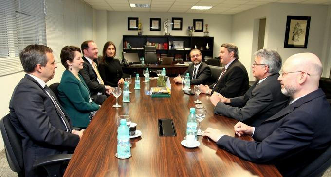 AMAPAR e APMP tratam de temas institucionais em reunião
