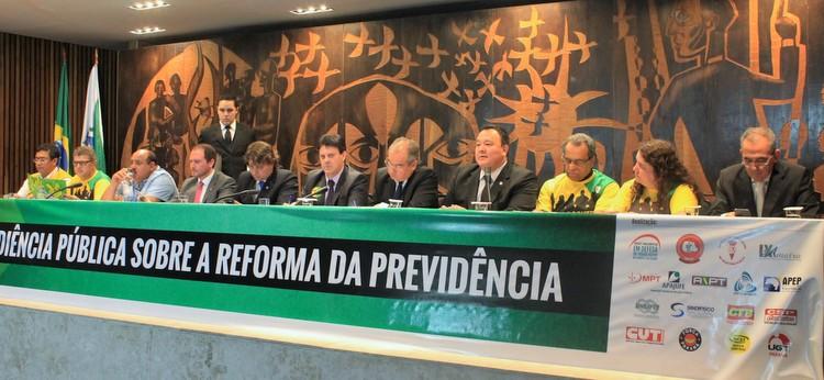 Representantes da Frente de Carreiras Públicas do Paraná criticam o texto da Reforma da Previdência durante audiência na Assembleia Legislativa