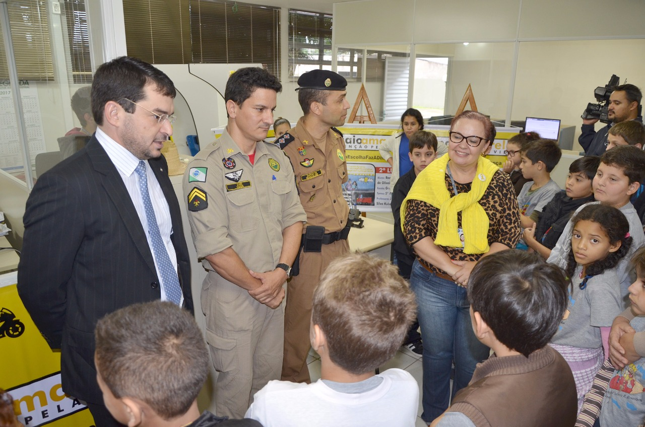 Juiz de Ubiratã desperta a consciência de alunos para o trânsito com concurso de desenhos
