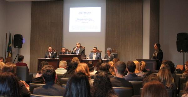 Participantes lotam auditório da AMAPAR para palestra sobre mediação de conflitos