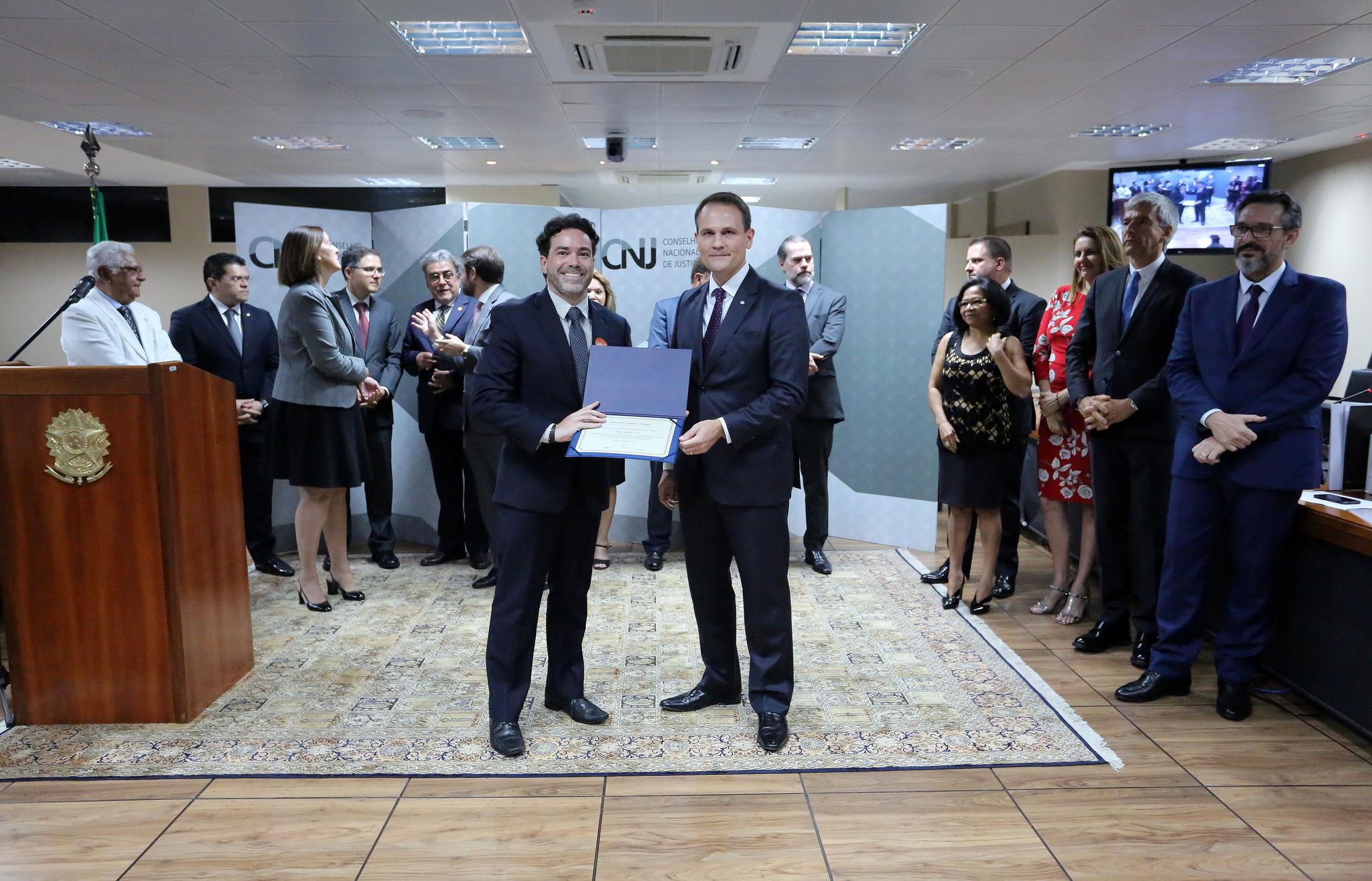 Juiz Rodrigo Rodrigues Dias recebe prêmio na nona edição do Conciliar é Legal