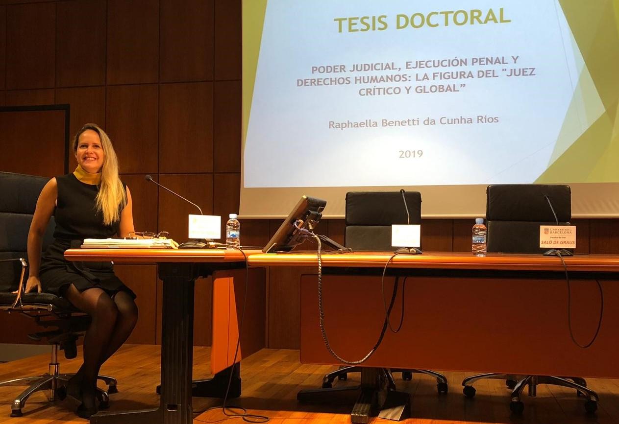 Juíza Raphaella Rios obtém grau máximo no doutorado em Barcelona, fala do incentivo para os estudos e apoio da AMAPAR